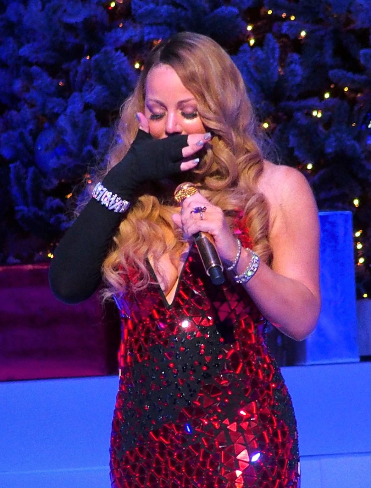 mariah carey breaks down on stage