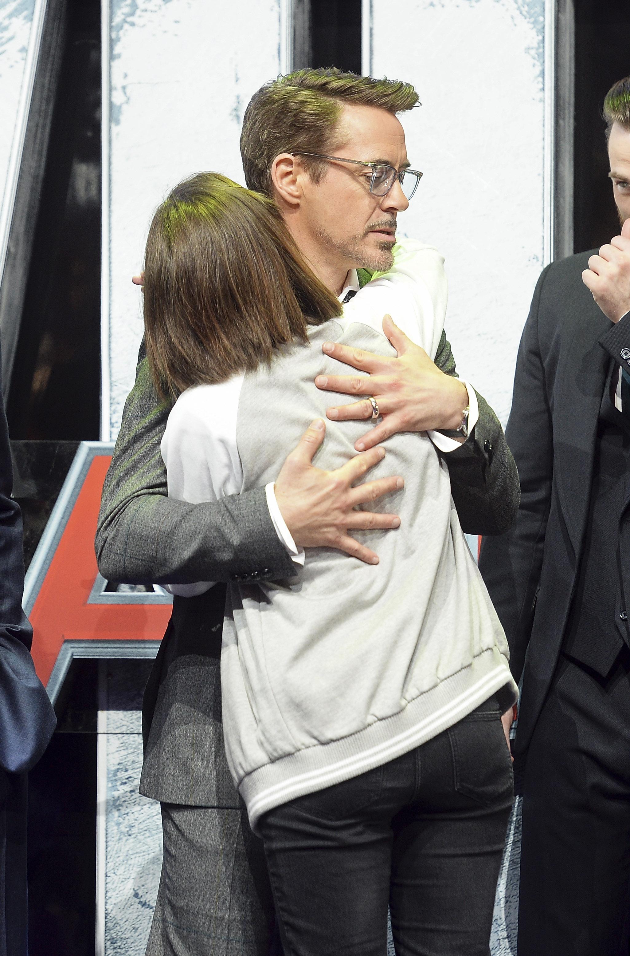 awkward-celebrity-hugs-robert-downey-jr