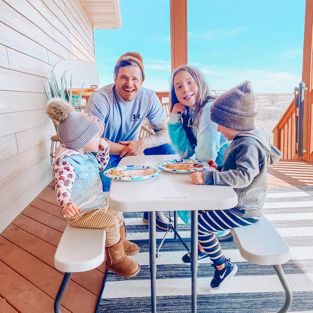 Chelsea Houska and Cole DeBoer Teen Mom Stars Family Photos Cole Aubree Watson Layne Picnic