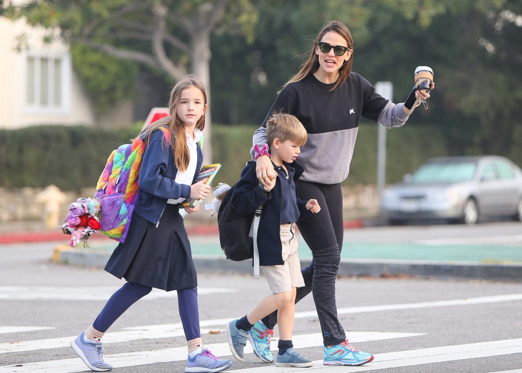 Jennifer Garner Steps Out With Kids