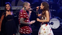 Ariana Grande honors Mac Miller on tour
