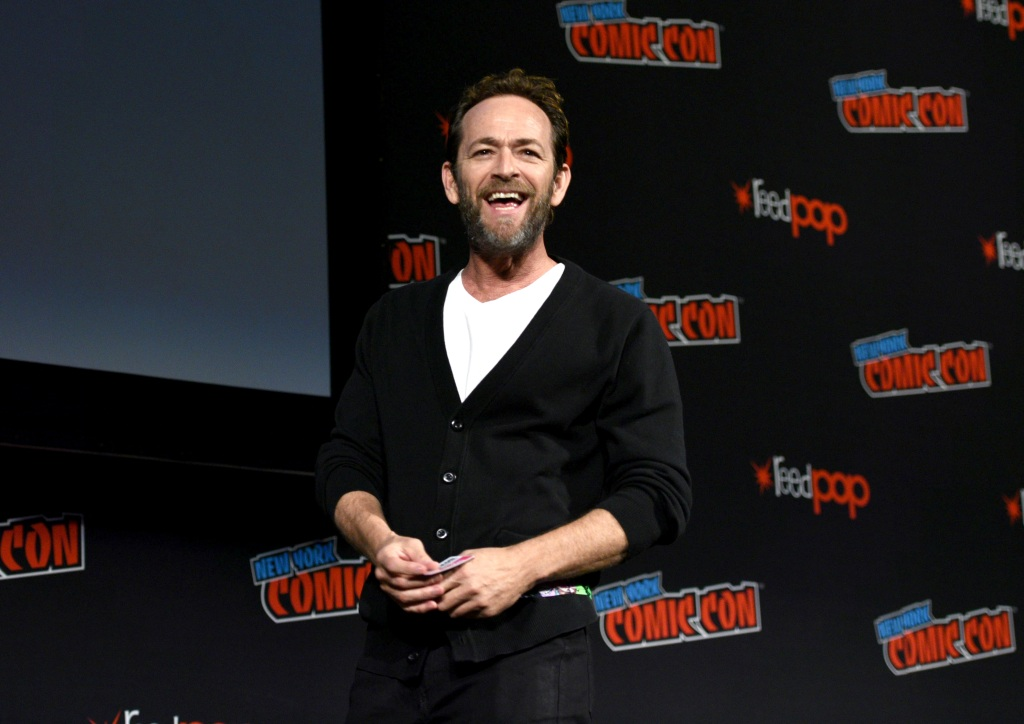 Luke Perry wearing a sweater at comic con