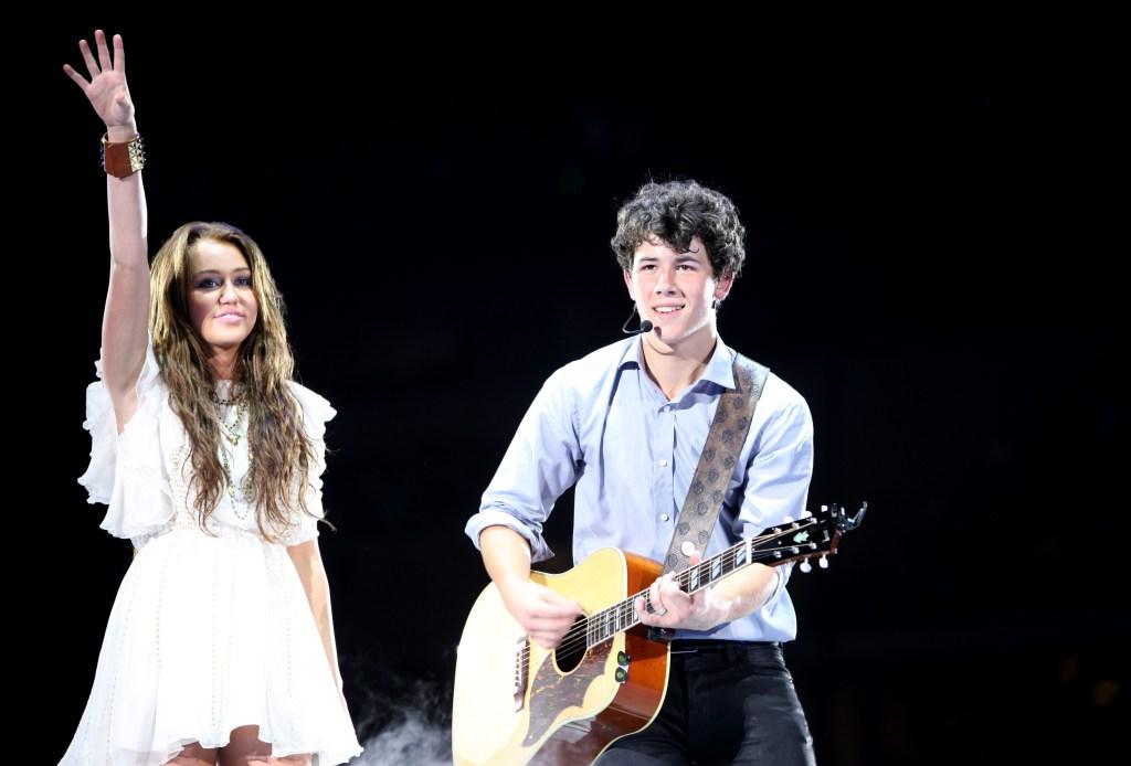 miley and nick jonas on stage