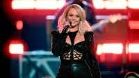 Miranda Lambert shades Blake Shelton during 2019 acm awards performance