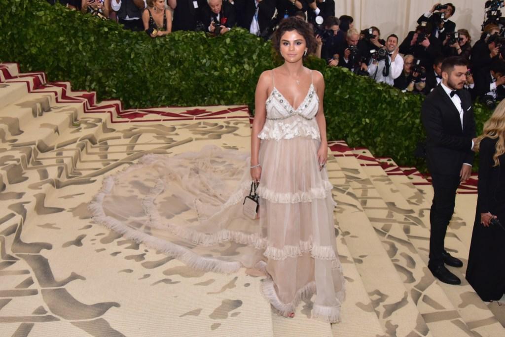 Selena Gomez met gala tan dress spray tan