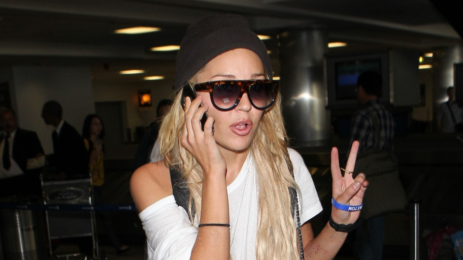 Amanda Bynes Wearing a White T-Shirt with Sunglasses and a Hat