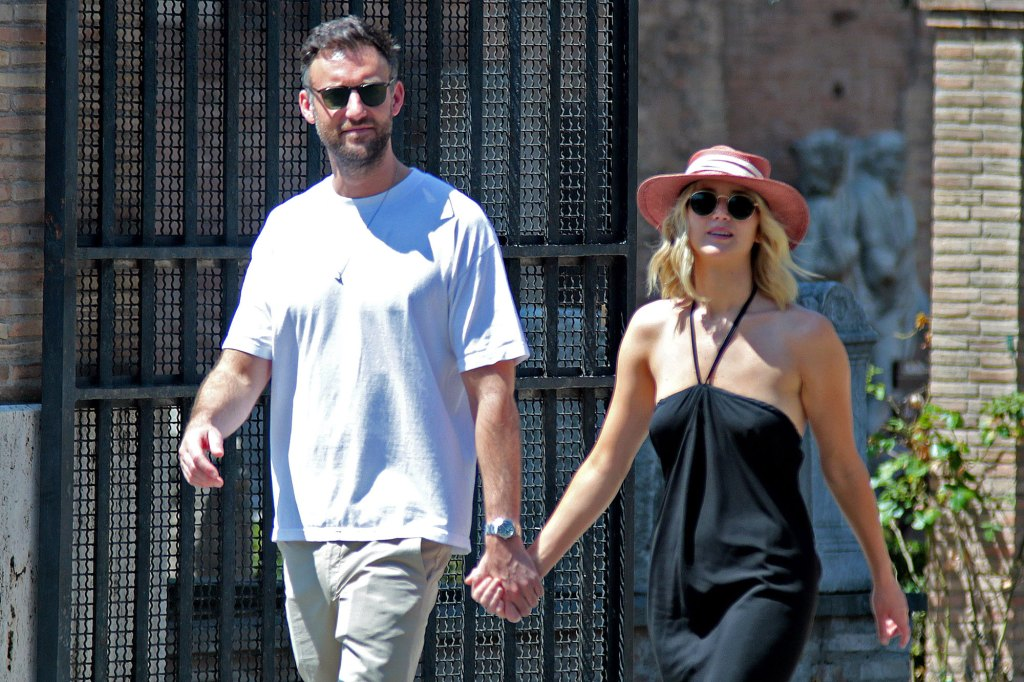 Jennifer-Lawrence-and-Cooke-Maroney-Summer-Sunglasses-Hat-Hall-Pass