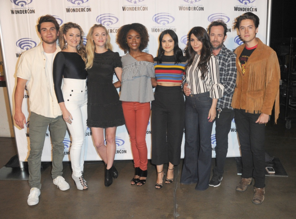luke perry posed for a photo with the riverdale cast at wondercon 2017