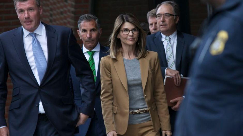 Lori Loughlin Walking to Court With Her Husband