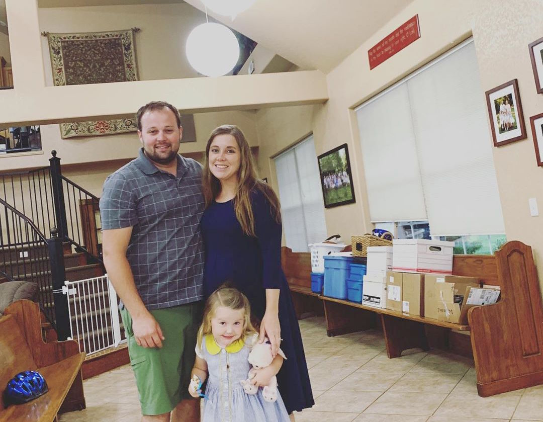 Uh-Oh! Anna Duggar Seemingly Loses One of Her Kids While Visiting an Amusement Park