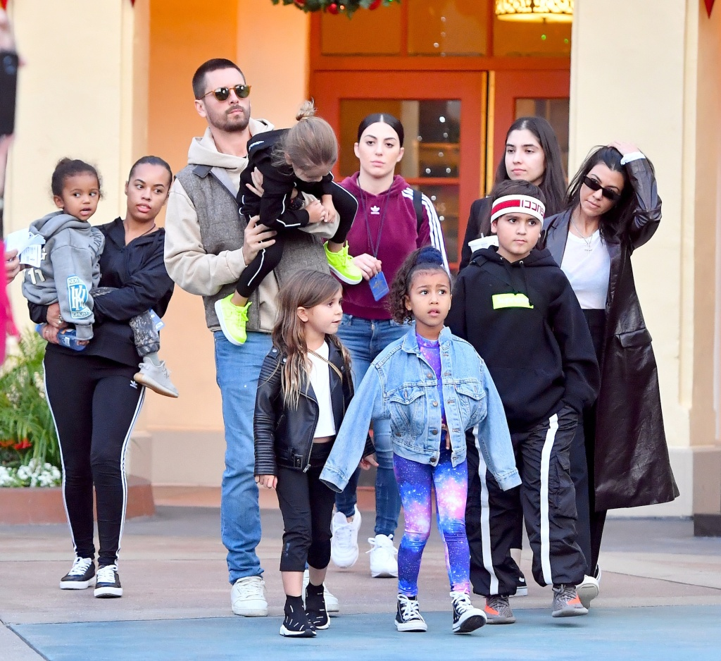 Scott Disick and Kourtney Kardashian take their son and daughter as well as their nephew and nieces to the amusement park.