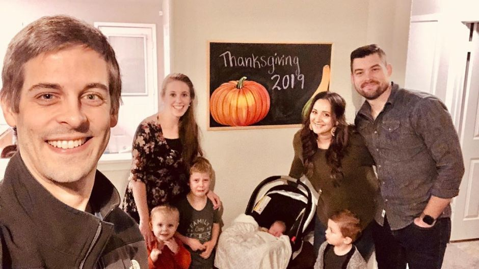 Derick Dillard Takes Thanksgiving Selfie With Family and Friends