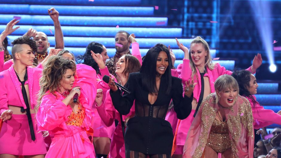 Taylor Swift, Ciara and Shania Twain on Stage at the AMAs
