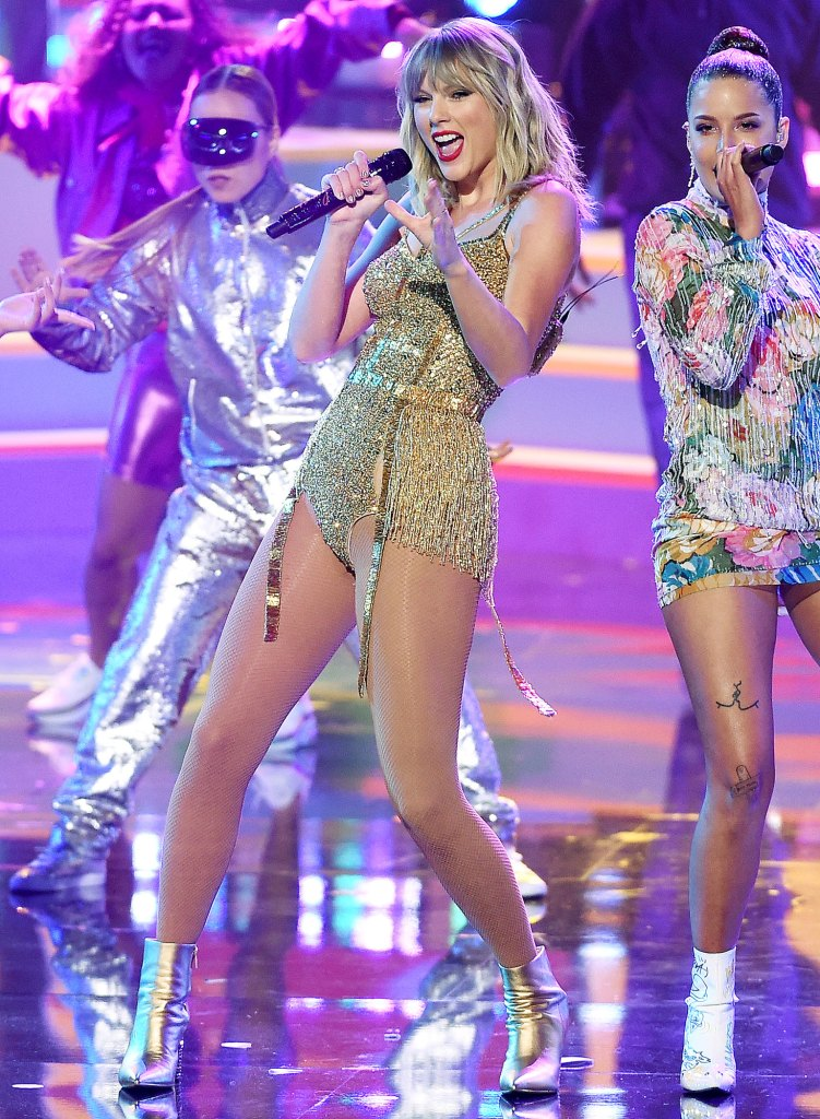 Taylor Swift Performing at the 2019 AMAs Taylor Swift Fans Slam Scooter Braun for Praising Ariana Grandes Live Tour Album Drop