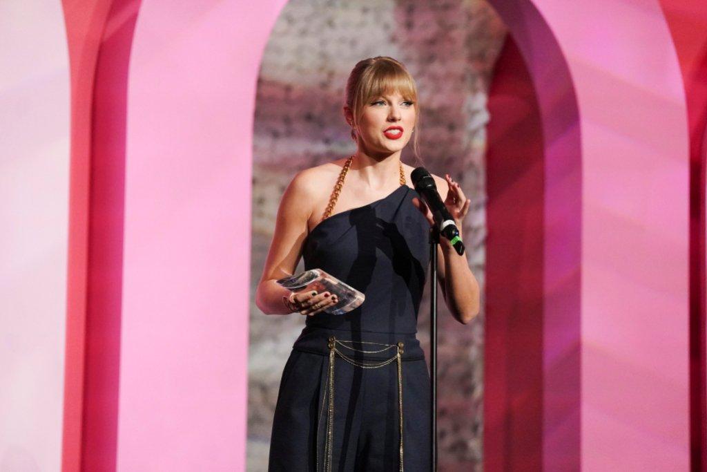Taylor Swift Wearing a Black Dress During Billboard Awards