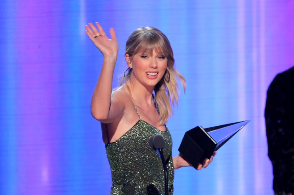 taylor swift accepts an awards at the 2019 american music awards