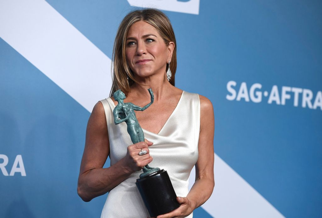 jennifer aniston holding her award at the 26th Annual SAG Awards