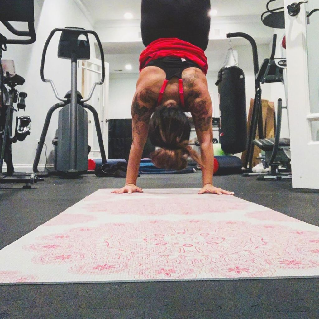 snooki doing a handstand during her workout