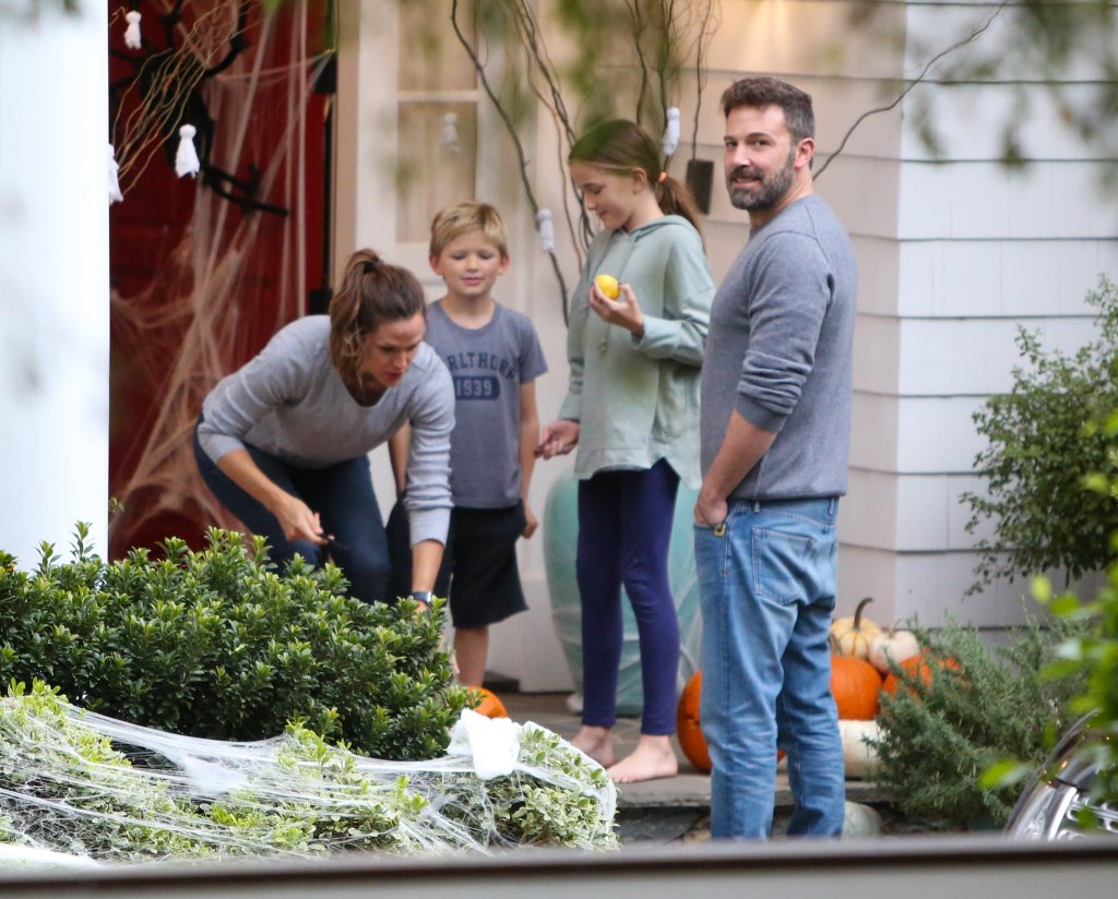 Jennifer Garner With Her Family on the Front Porch With Ben Affleck
