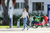 Jennifer-Garner-Looks-Casual-in-Sweater-and-Jeans-While-Out-With-Her-Kids-3