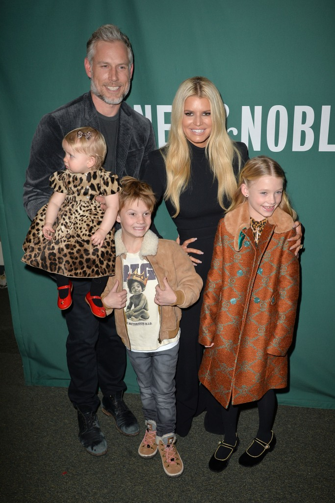 Jessica Simpson With Her family at Barnes and Noble