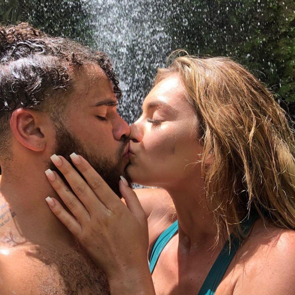 taylor-selfridge-cory-wharton-kissing