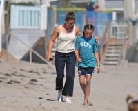 jennifer-garner-beach-day-with-kids-2