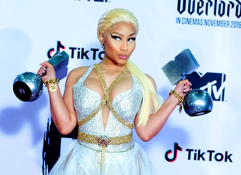 nicki-minaj-shows-off-baby-bump