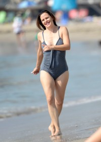 Jennifer Garner Shows Off Body in Bathing Suit at the Beach 1
