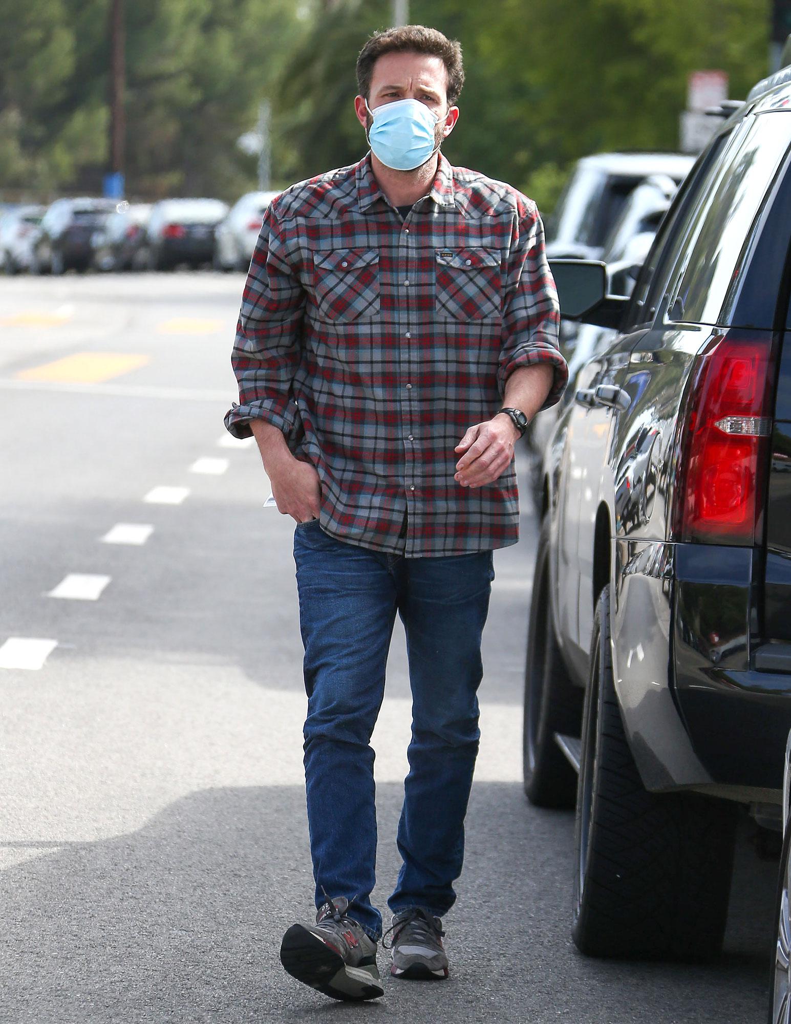 Jennifer Lopez Spotted Wearing Ben Affleck Clothes 1