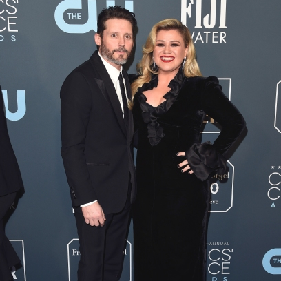 kelly clarkson asks to be legally single amid divorce