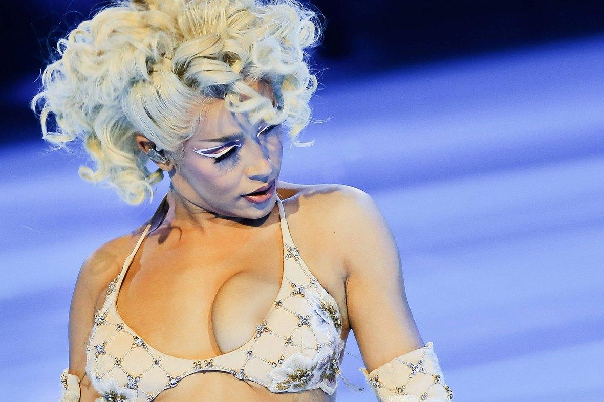 Doja Cat Suffers Wardrobe Malfunction Balmain Fashion Week Show