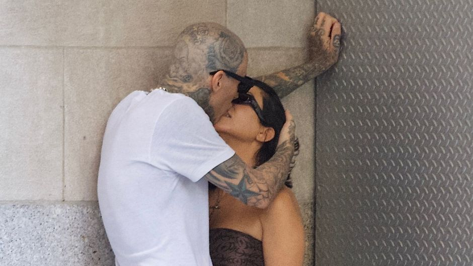 kourtney-travis-barker-make-out-while-shopping-nyc-sept-2021